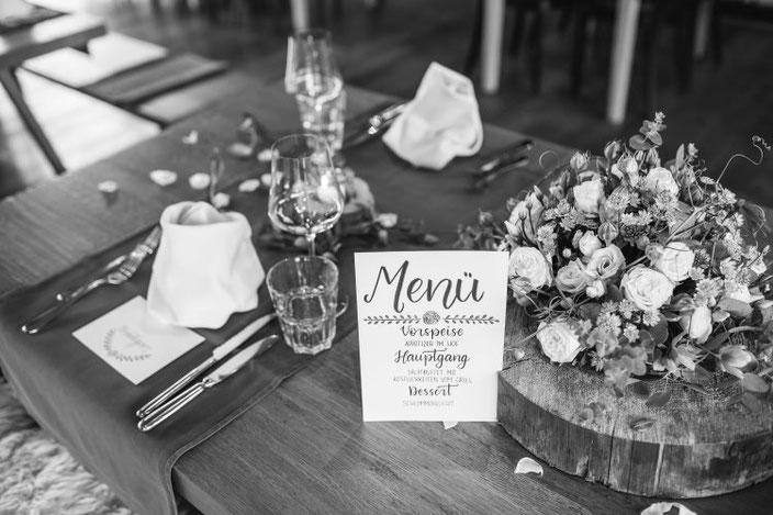 Hochzeits Tischdekoration mit einem Menu im Handlettering Stil (Foto von TW-Fotoart)