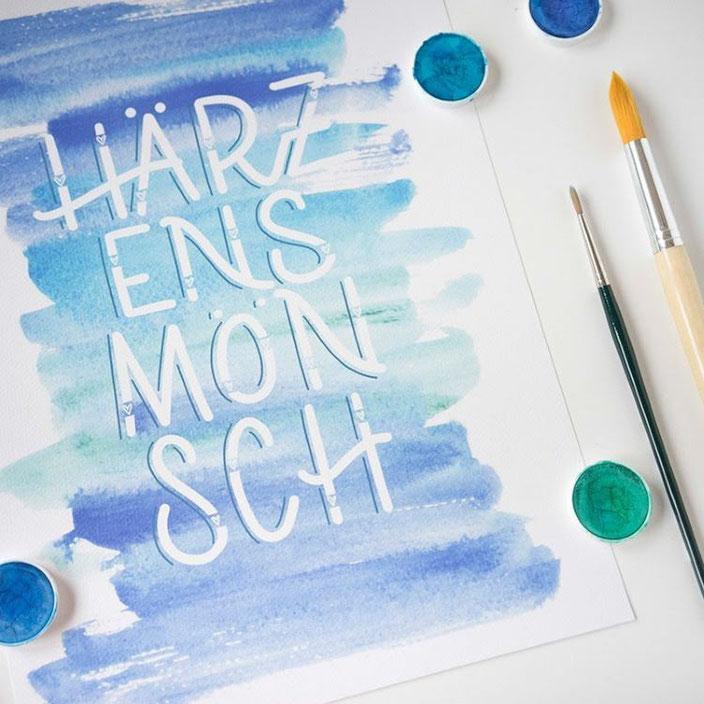 Handlettering Härzensmönsch mit Watercolor Hintergrund (Lettering von samiraheimberg für die Letter Lovers) Herzensmensch auf Schweizerdeutsch
