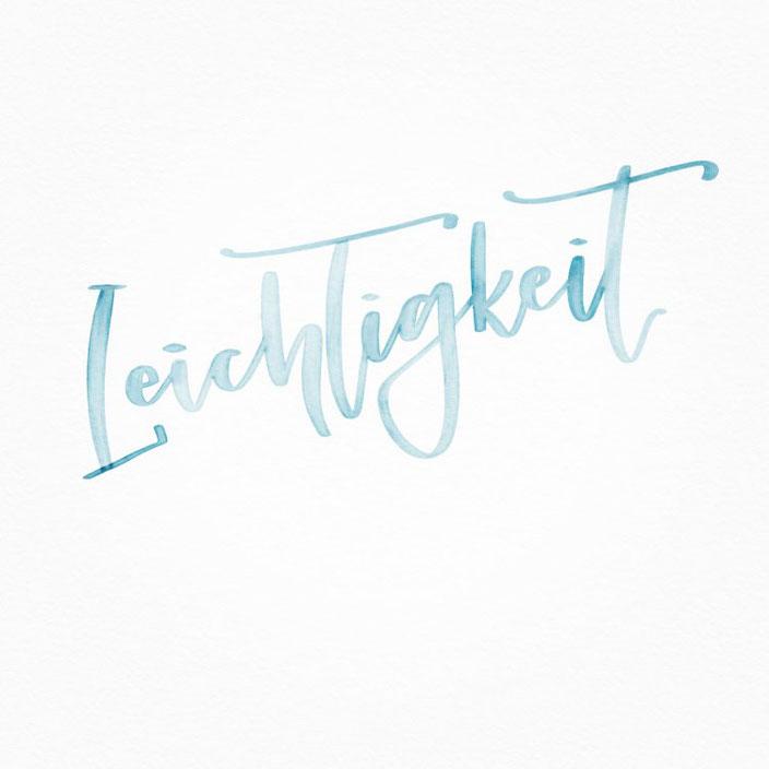 Leichtigkeit - Handlettering in hellblau (Lettering von ally_scribbles für die Letter Lovers)