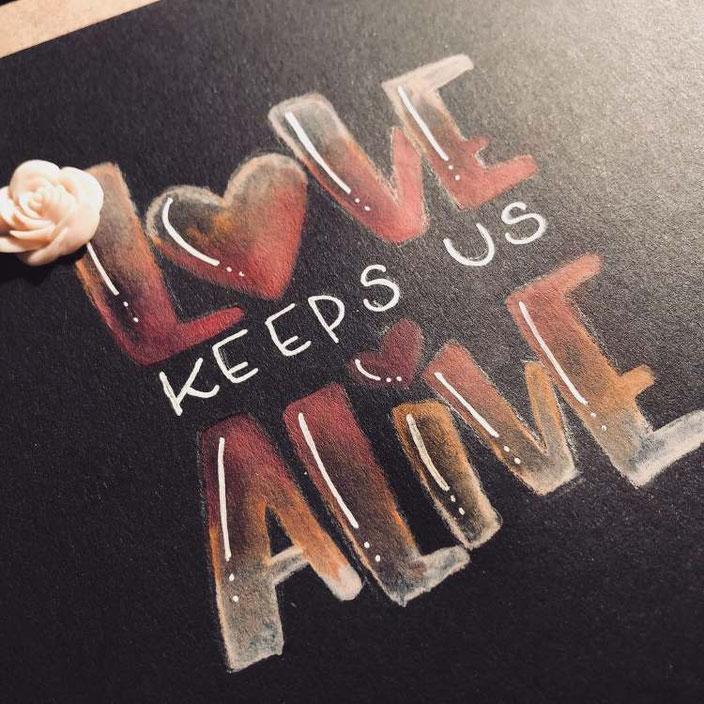 Handlettering auf schwarzem papier: Love keeps us alive (brushkatze für die Letter Lovers)