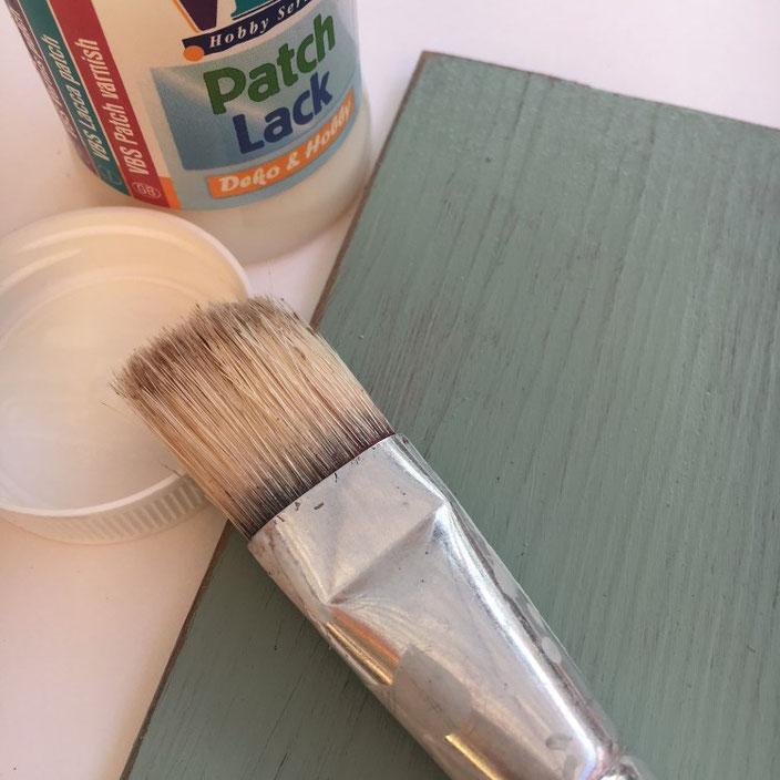 DIY Schild aus Vinylbodenplatten: Mit Lack bestreichen für etwaige Fehler beim Lettering abwaschen zu können