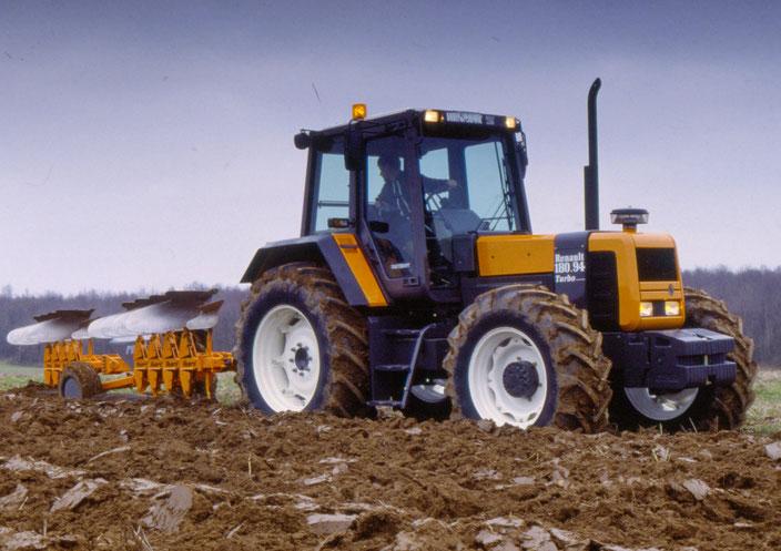 Renault 180-94 Traktor mit Pflug