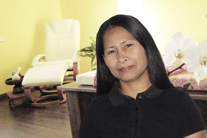 """Frau Pohl, Inhaberin des Thaimassage-Studios """"Siam-Massagen"""", Neubrandenburg im Behandlungszimmer"""