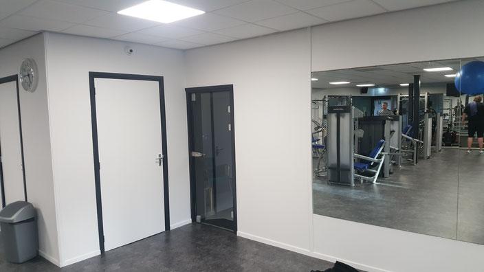 De glazen deur is hergebruikt in de nieuwe toegang vanaf de praktijk.