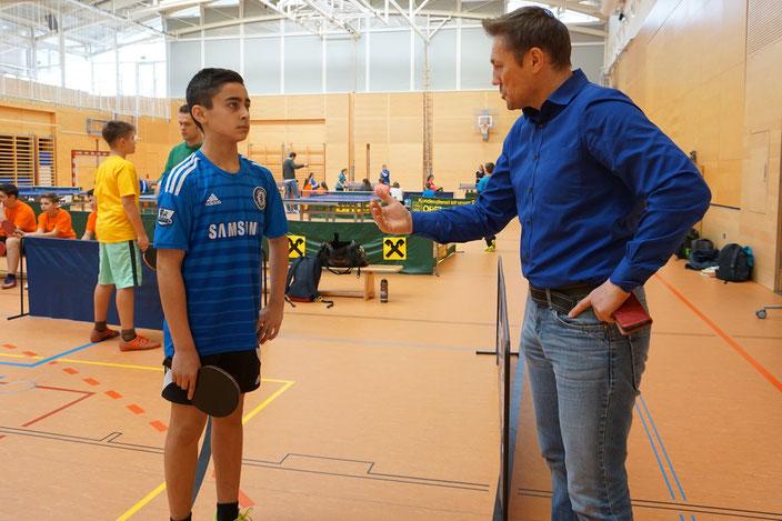 Bilal erhält zwischen den Sätzen technische und strategische Hilfestellung von Trainer Kranzer