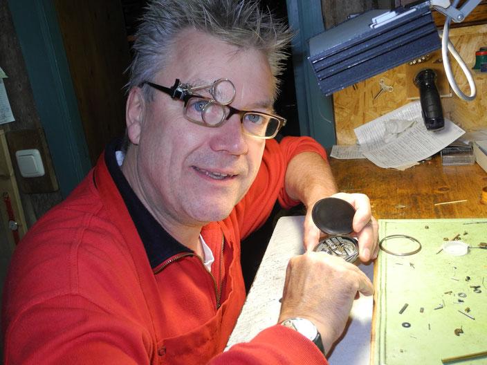 Foto: Martin Stadermann während der Reparatur einer Uhr.