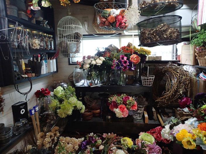 自宅の横にあるアトリエの中はリースや装飾の材料でいっぱい