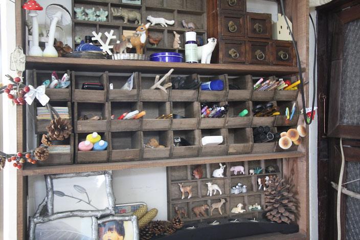 子どもたちのおもちゃや自分用の文房具も自作の棚にすっきり収まっている