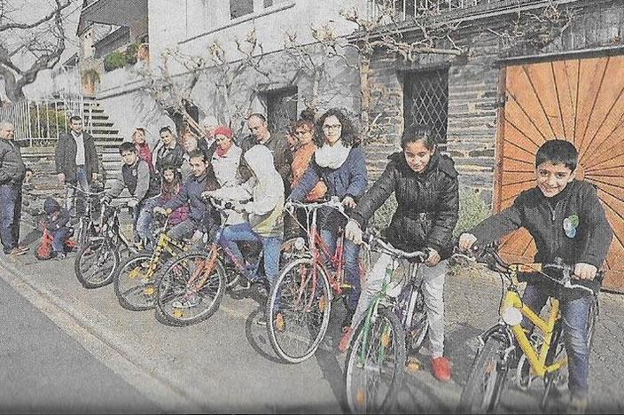 Sichtlich stolz zeigen Kinder ihre gespendeten Fahrräder, die es ihnen erlauben, sich unter Gleichaltrige im Dorf zu mischen.