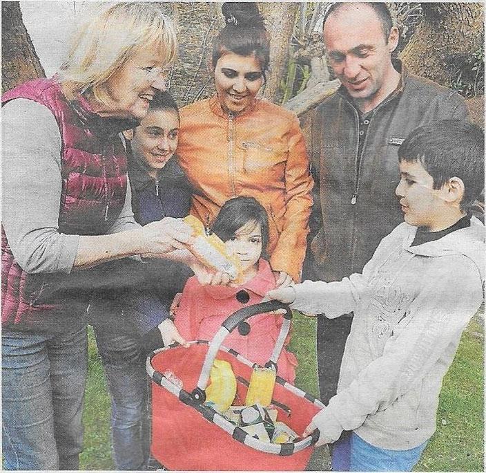 Hilfe ist oft beim Einkaufen willkommen. Hier erklärt Barbara Zirbes (links) Armine und Howaris und den Kindern Svetlana, Irina, Samuel (von links), was im Korb gelandet ist.