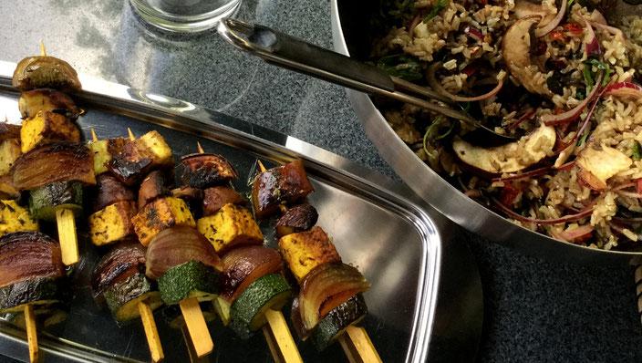 fair4world - Vegan Grillen - Tofu-Spieße mit mediterranem Reis-Salat