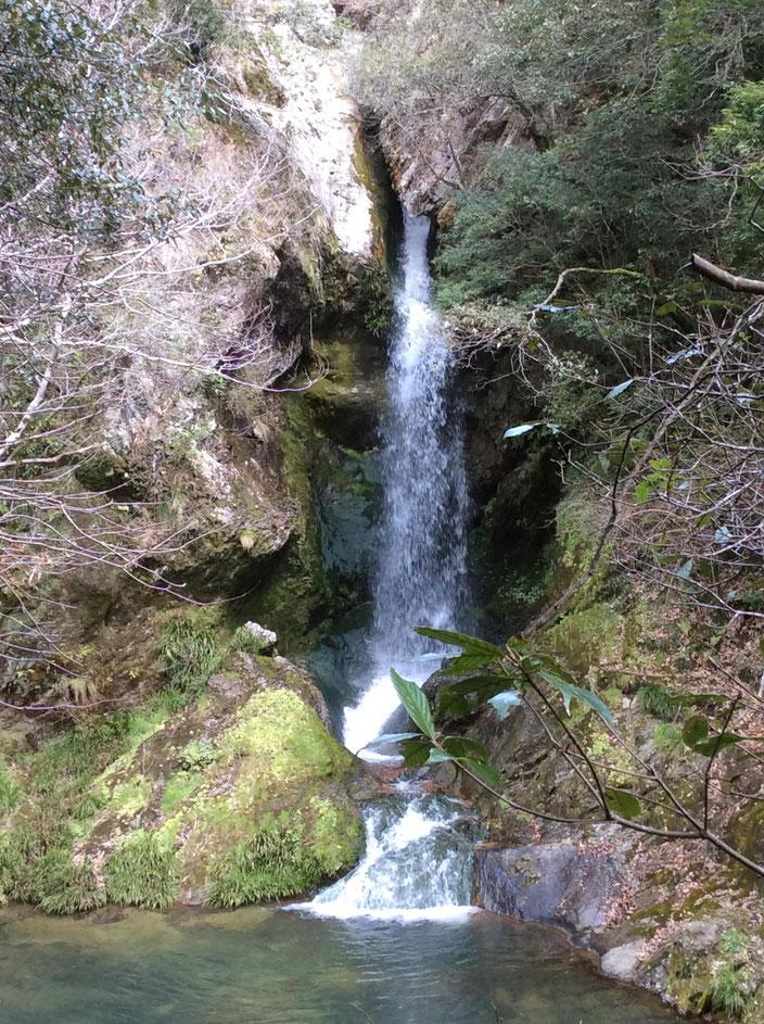 香川県、三木町にある虹の滝(こうのたき)です。