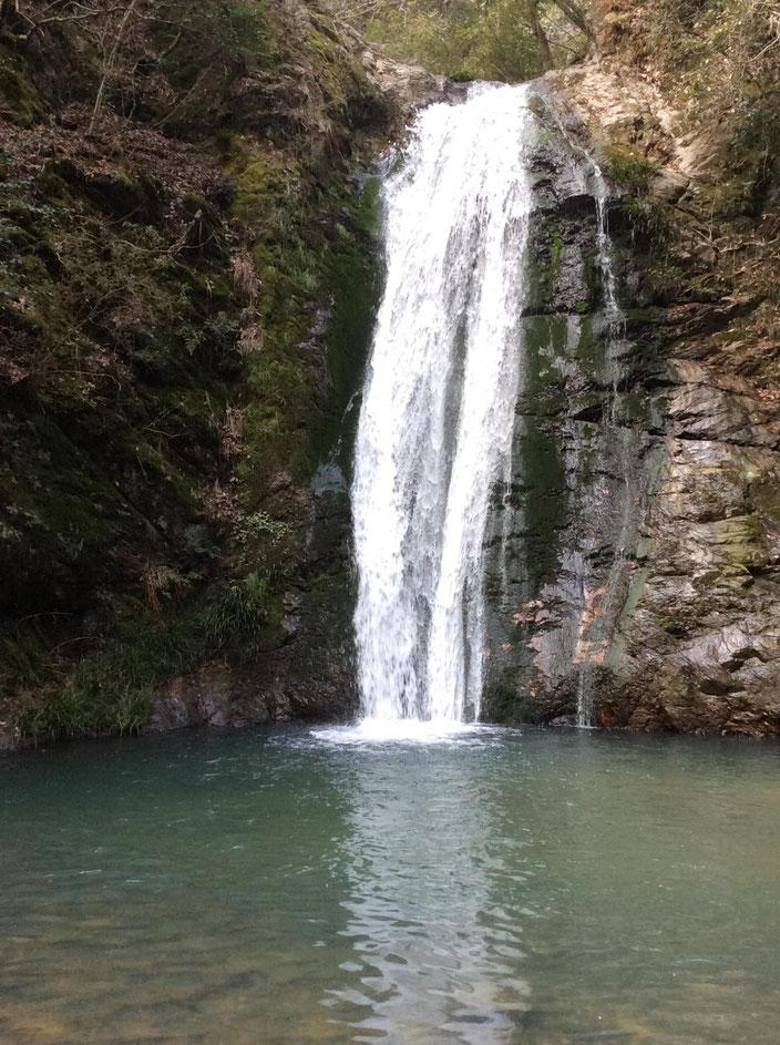 香川県、三木町にある虹の滝(こうのたき)雄滝です。