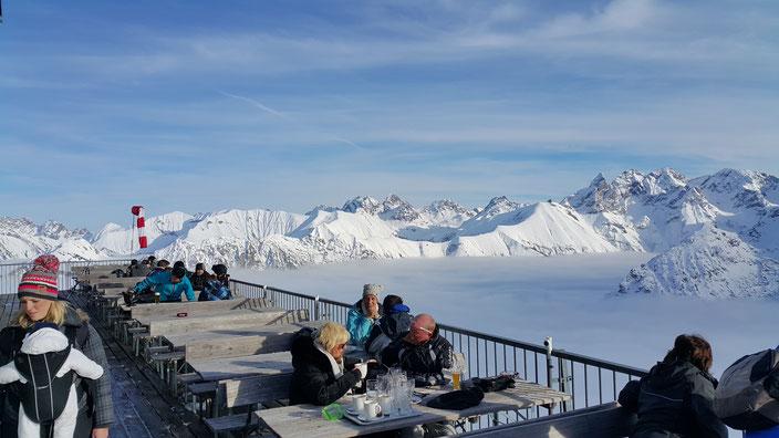 Местные приезжают сюда не только кататься на лыжах, но и просто, чтобы попить кофе выше облаков