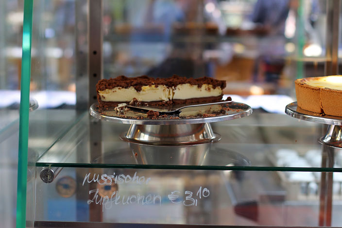 Где: в пекарнях и недорогих семейных кафе; сколько: от 3 € за кусочек