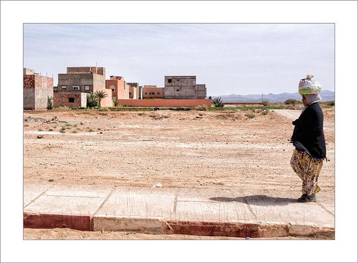Marruecos, desierto, mujer, edificios, fotografía de viajes, turismo, street photograph, fotografía callejera