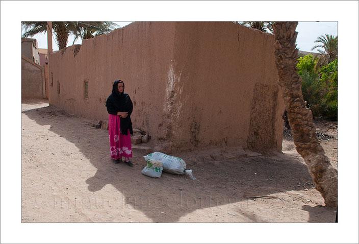 Marruecos, mujer esperando, desierto, casas de adobe, fotografía callejera, street photograph, fotografía de viajes, turismo