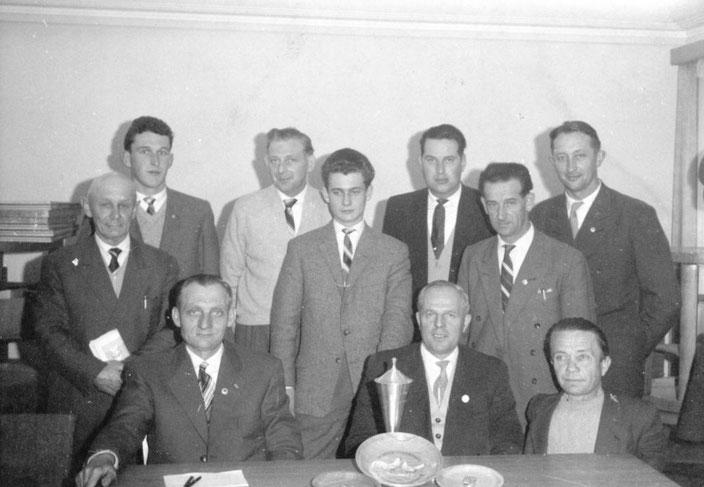 Mitgliederversammlung Hannover 1959 v.l. SR Bock,  Schumann, Strakeljahn, Fortmann, Kühne jun, Vors. Fritz Kühne,? Rudi Singer Dessau, ?, Borghorst