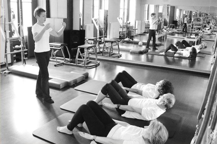 Pilates ist eine effiziente Trainingsmethode. Haltungsfehler im Alltag können durch bewusstes Üben dauerhaft gemindert werden.