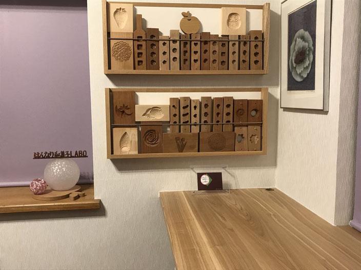 木型のディスプレイ棚