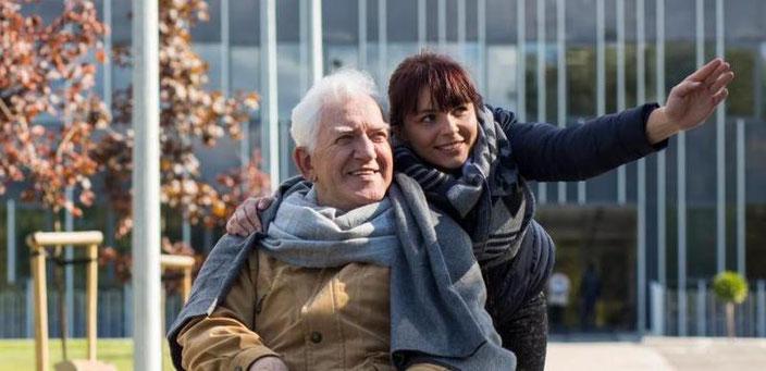 Seniorenbegleiterin und Kunde bei einem Spaziergang.