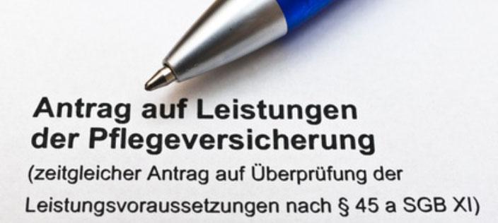 Ein Stift liegt auf einem Antrag auf Leistungen der Pflegeversicherung