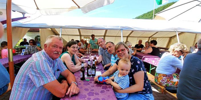 Gute Stimmung mit Ortsvorsteher Reinhold Marth (FWG), meiner Frau Carmen sowie                    Timo Friedrich (unabhängiger Bürgermeisterkandidat für Wehretal) mit Familie.