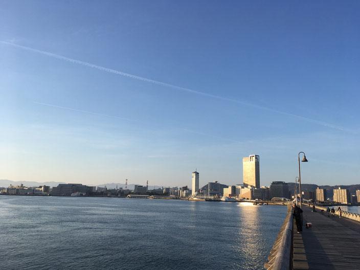 高松港(いい感じで飛行機雲)