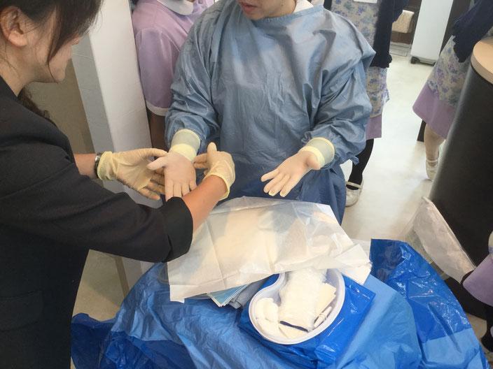 清潔環境の手術準備を標準化トレーニングしています。
