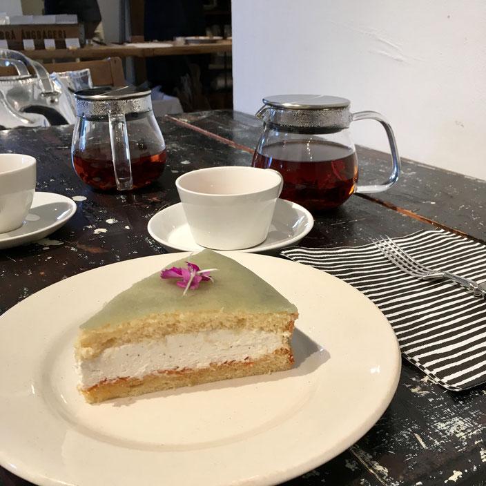 こちらは、「SAVEURS BROCANTE」さんのアンティーク展示で併設されたCafeでの写真。クイーンケーキって言ってたかな?不思議な色に惹かれて注文したのですが、とっても美味しかったのです♪