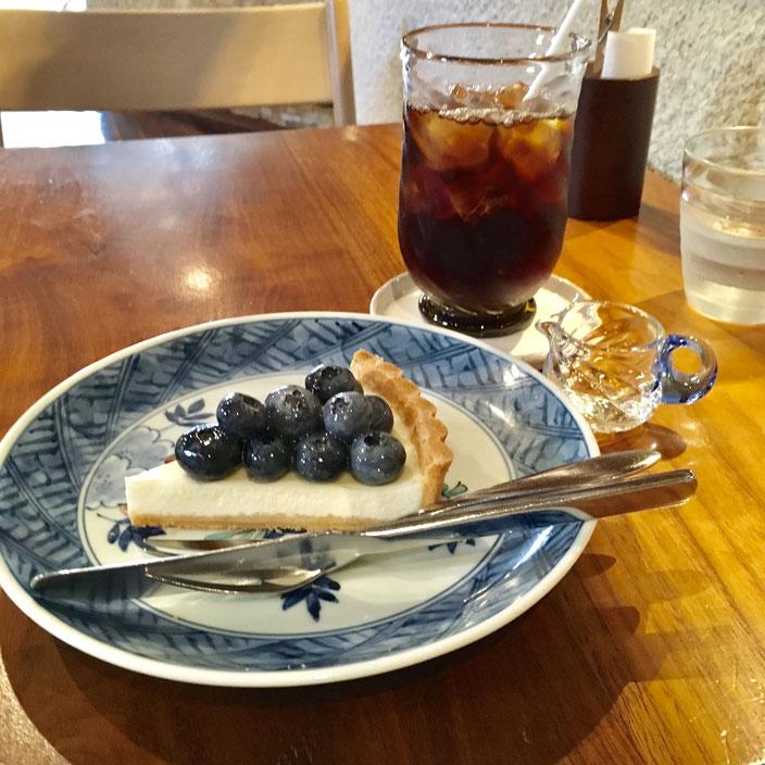 「こちらの焙煎(メニュー2番)でアイスコーヒーだと、より飲みやすくなると思いますよ」・・・堀口珈琲では、コーヒーが飲めないわたしでもチャレンジしやすいものをじっくり相談できるところがいいです。その珈琲とよく合うデザートも教えてくれるのですが、おすすめの「ブルーベリーのクリームチーズタルト」が絶品!びっくりするほどおいしかった。アイスコーヒーもおっしゃるとおりフルーティーで、かなり飲めました❤(量は飲めないので、三分の一は残してしまったけれど・・)