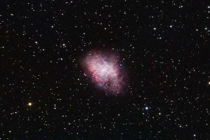 Der Krebsnebel M1 - ein Supernovaüberrest aus dem Jahr 1054 - aufgenommen in der Sternwarte Flumenthal am 15. Januar 2019. Luminanz 1h (4x15min) mit RGB 4x pro Kanal (R:421s G:450s B:619s) - mit Dark- und Flatfieldabzug.