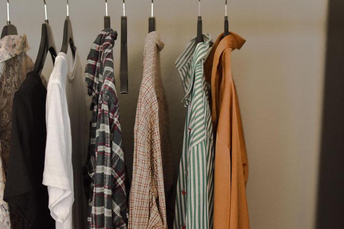 Titelbild: 5 einfache Tipps die dir dabei helfen werden Second Hand Kleidung zu finden RiekesBlog