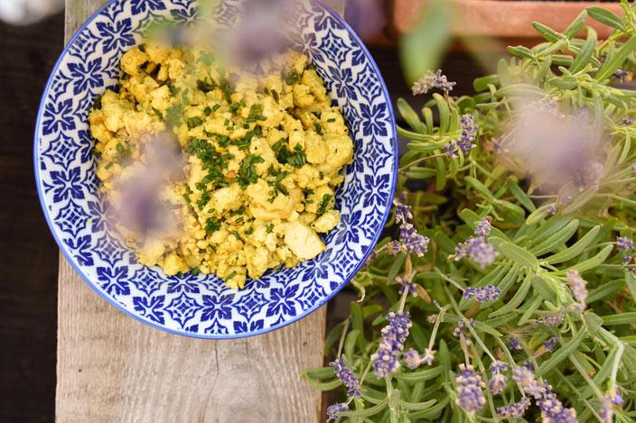 Titelbild: Plastikfrei und vegan kochen: Veganes Rührei in nur 5 Minuten selber machen