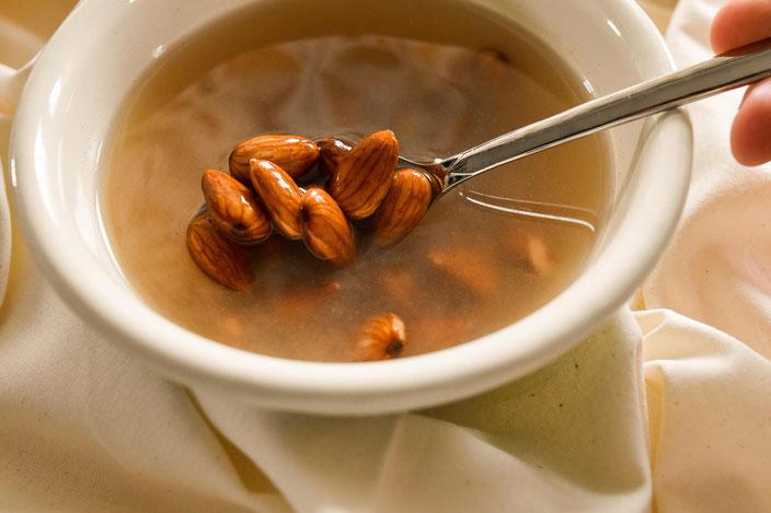 Titelbild: So machst du Mandelmilch mit nur 2 Lebensmitteln selbst | Vegane Alternativen selber machen Part 2 Foto: RiekesBlog