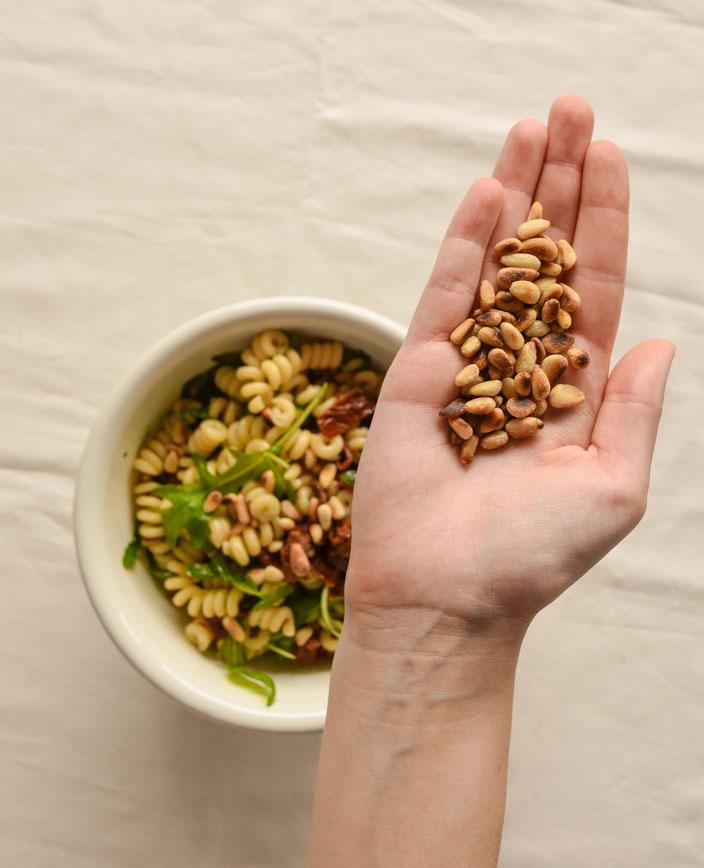 Pinienkerne für den Nudelsalat im Fokus. RiekesBlog.
