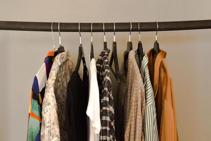 Second Hand Kleidungsstücke auf Kleiderstange RiekesBlog