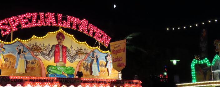 Auftakt zum 603, Wurstmarkt: Eine laue Halbmondnacht über dem Festplatz. Fotos: Kochendörfer