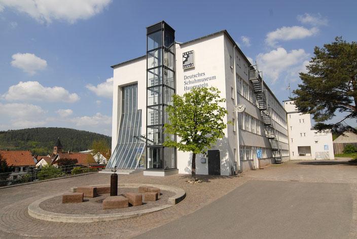 Schuhmuseum: Der neue Aufzugturm, passt sich dem Bauhaus-Stil an. Foto: Schuhmuseum Hauenstein