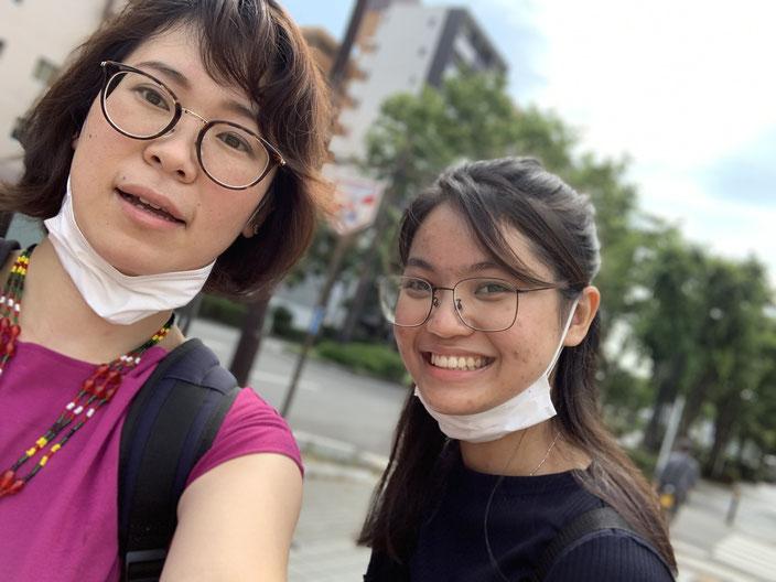 ミャンマー人留学生にアルバイト探し支援をしている様子