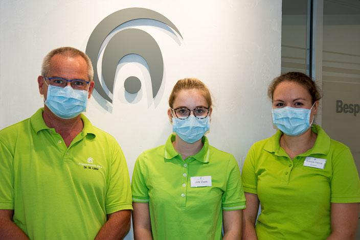 Dr. Linke, Auszubildende Jule Dues und Zahnärztin Svenja Pierce folgen dem Vermummungsgebot!
