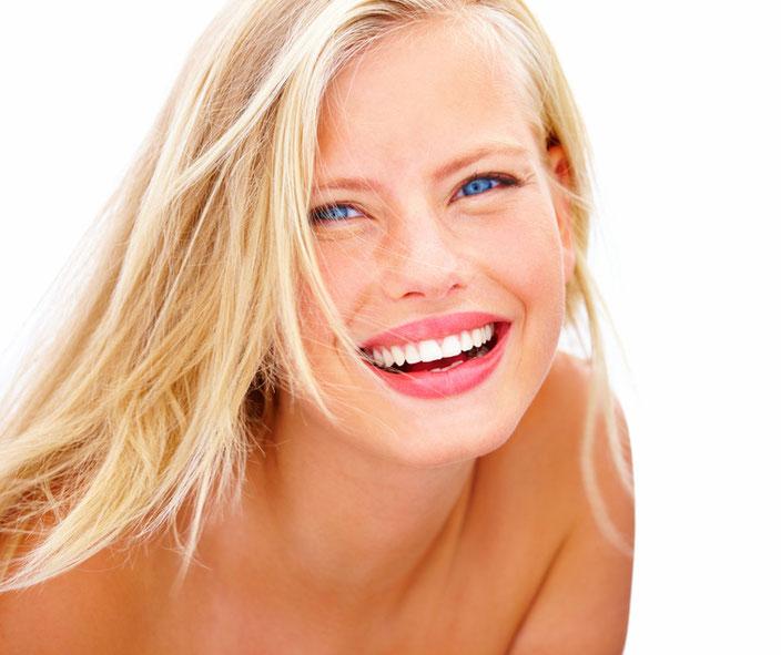 Weiße Zähne, schöner Mensch! Professionelles Bleaching ist sicher und kostengünstig.
