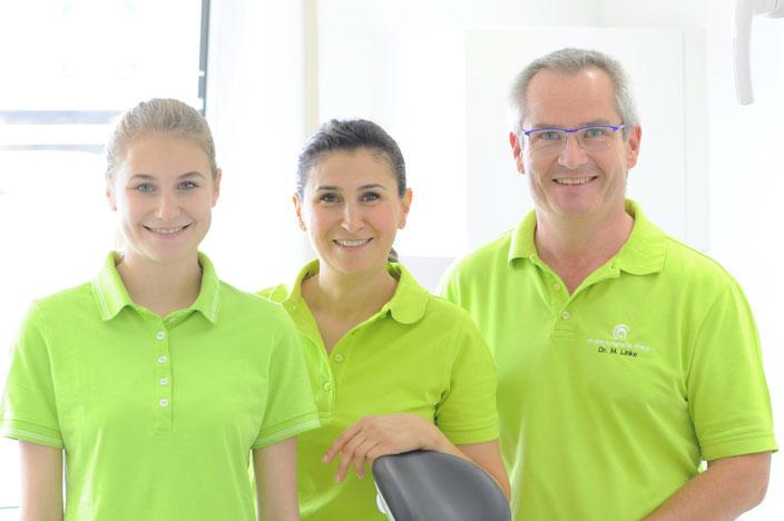 Dr. Linke mit Zahnärztin Nuran Kamawal (Mitte) und Carla Nienhaus, die ihre Ausbildung zur Zahnmdizinischen Fachangestellten beginnt.