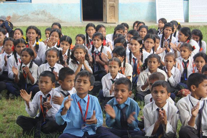 Schulkinder bei der feierlichen Einweihung der online-Bibliothek