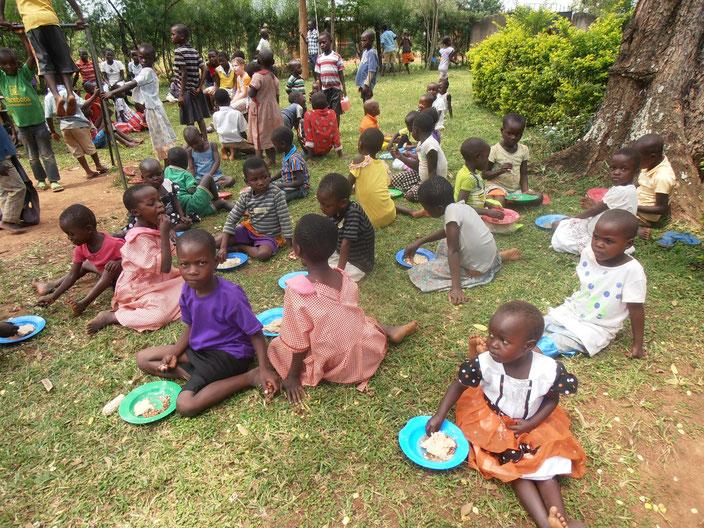 Die Kinder freuen sich über wenigstens eine große Mahlzeit in der Woche