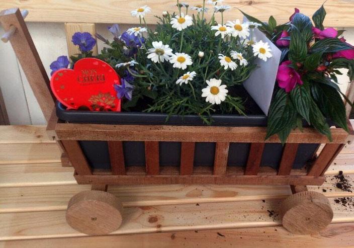 Upcycling-Dekoholzbollerwagen mit Blumenkasteneinsatz