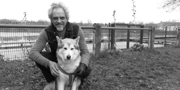 Gerhard John vor dem Woog mit Schlittenhund