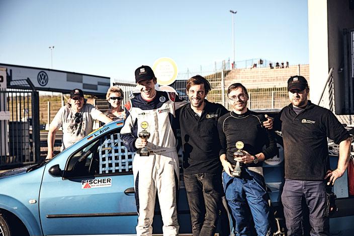 ADAC Logan Cup Pfister Racing #211 Dennis Bröker / Lucian Aron Gruppenfoto Podestplatz mit Andreas Pfister und Mirek Göbel sowie Dennis Bröker Familie