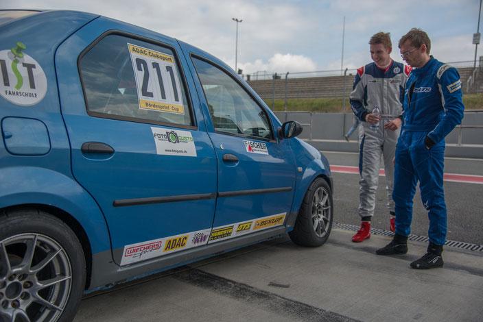 Rennfahrer Dennis Bröker aus Bad Salzuflen beim ADAC Logan Cup mit Lucian Aron Motorsportarena Oschersleben 2017