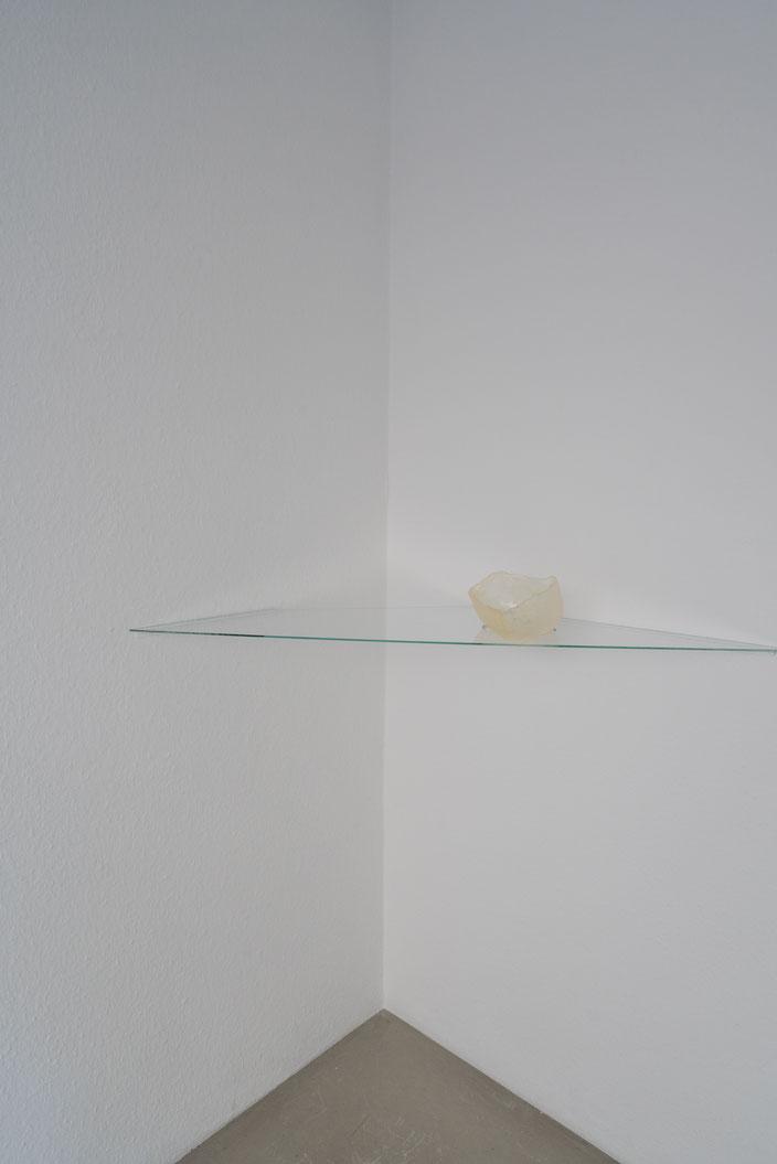 In der Schwebe, 2018, Zucker, Glasscheibe.